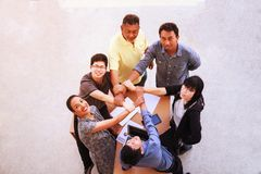 Ludzie Biznesu pracy zespołowej spotkania łączy ręki w biurowym pojęciu, Używać pomysł, mapy, komputery, pastylka, Mądrze przyrzą obraz royalty free