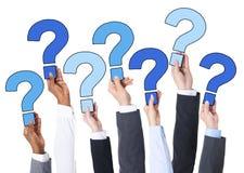 Ludzie Biznesu ręki Trzyma znaki zapytania zdjęcie royalty free