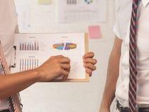 Ludzie biznesu robi brainstorming z mapą, wykresów dokumenty Zdjęcia Royalty Free