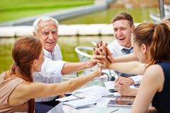 Ludzie biznesu robi wysokości pięć w spotkaniu Zdjęcie Stock
