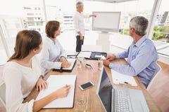 Ludzie biznesu słucha koledzy prezentację Zdjęcie Stock