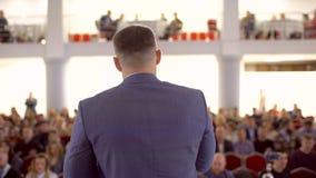 Ludzie biznesu seminaryjnej widowni od sceny, konferencyjny spotkania szkolenia trenera m?wcy grupy biznesmena szkolenie zbiory