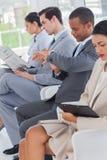 Ludzie biznesu siedzący w linii Fotografia Stock