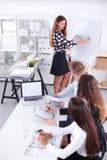 Ludzie biznesu siedzi i dyskutuje przy biznesowym spotkaniem w biurze, interesy ilustracyjni ludzie jpg położenie Obraz Royalty Free