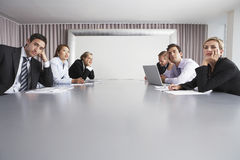 Ludzie Biznesu Siedzi W sala konferencyjnej obraz stock