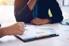Ludzie biznesu spotyka analizować sytuację na pieniężnym raporcie w pokoju konferencyjnym i dyskutować Spotkania planowania budże zdjęcie stock