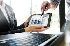 Ludzie biznesu spotyka dyskutować na cyfrowej pastylce z dane wykresem zdjęcia stock