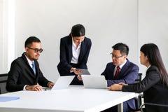 Ludzie Biznesu Spotyka Komunikacyjnej dyskusji Pracującego biuro, spotkanie sukcesu Brainstorming pracy zespołowej Korporacyjny p obraz stock