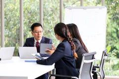 Ludzie Biznesu Spotyka Komunikacyjnej dyskusji Pracującego biuro, spotkanie sukcesu Brainstorming pracy zespołowej Korporacyjny p obraz royalty free