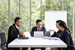 Ludzie Biznesu Spotyka Komunikacyjnej dyskusji Pracującego biuro, spotkanie sukcesu Brainstorming pracy zespołowej Korporacyjny p zdjęcie stock
