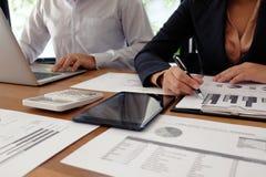 Ludzie Biznesu Spotyka projektów pomysłów fachowego inwestora worek Zdjęcie Royalty Free
