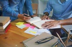 Ludzie Biznesu Spotyka projektów pomysłów fachowego inwestora worek Fotografia Stock