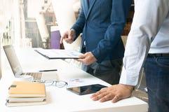 Ludzie Biznesu Spotyka projektów pomysłów fachowego inwestora worek Obraz Royalty Free