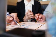Ludzie Biznesu Spotyka projektów pomysłów fachowego inwestora worek Obrazy Royalty Free