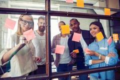 Ludzie biznesu spotyka przy biurem i use poczta ono zauważa dzielić pomysł Brainstorming pojęcie Kleista notatka na szklanej ścia zdjęcia stock