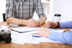 Ludzie biznesu spotyka wokoło stołu Fotografia Stock