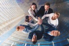 Ludzie biznesu stawia ich ręki wpólnie Pojęcie integracja, praca zespołowa i partnerstwo, podwójny narażenia obrazy royalty free