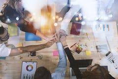 Ludzie biznesu stawia ich ręki wpólnie Pojęcie integracja, praca zespołowa i partnerstwo, podwójny narażenia zdjęcia royalty free