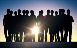 Ludzie biznesu sylwetek na schodkach nad słońcem ilustracji