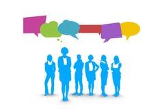 Ludzie biznesu sylwetek z mową gulgoczą przeciw biel ścianie z światową mapą Obraz Royalty Free