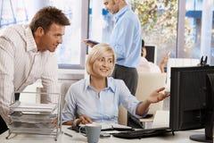 Ludzie biznesu target1138_1_ w biurze zdjęcia royalty free