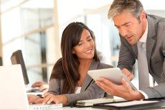 Ludzie biznesu target164_1_ w biurze Obraz Stock