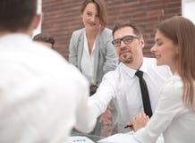 Ludzie biznesu trząść ręki przy pracującym spotkaniem obraz royalty free
