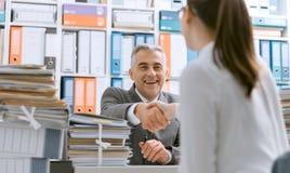 Ludzie biznesu trząść ręki w biurze zdjęcie stock