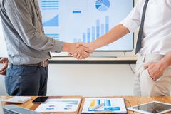 Ludzie biznesu trząść ręki w pokoju konferencyjnym, Pomyślna transakcja po spotykać obraz stock