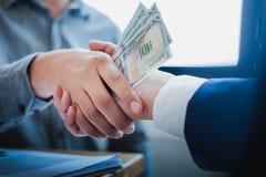 Ludzie biznesu trząść ręki w pokoju konferencyjnym, Pomyślna transakcja po spotykać Coruptions pojęcie zdjęcia stock