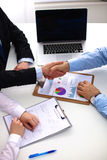 Ludzie biznesu trząść ręki, wykończeniowy up a Zdjęcia Stock
