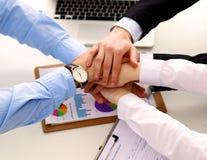 Ludzie biznesu trząść ręki, wykończeniowy up spotkanie Obrazy Stock