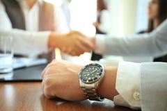 Ludzie biznesu trząść ręki, wykończeniowy up spotkanie zdjęcia stock