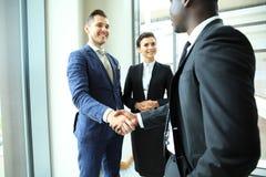 Ludzie biznesu trząść ręki, wykończeniowy up spotkanie obrazy royalty free