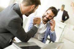 Ludzie biznesu trząść ręki, wykończeniowy up spotkanie obraz stock