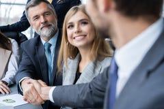 Ludzie biznesu trząść ręki, wykończeniowy up spotkanie handshake pojęcia prowadzenia domu posiadanie klucza złoty sięgający niebo zdjęcie stock