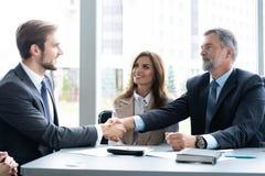 Ludzie biznesu trząść ręki, wykończeniowy up spotkanie handshake pojęcia prowadzenia domu posiadanie klucza złoty sięgający niebo obrazy stock