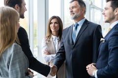 Ludzie biznesu trząść ręki, wykończeniowy up spotkanie handshake pojęcia prowadzenia domu posiadanie klucza złoty sięgający niebo obraz stock