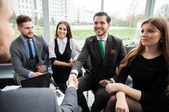 Ludzie biznesu trząść ręki, wykończeniowy up spotkanie handshake pojęcia prowadzenia domu posiadanie klucza złoty sięgający niebo zdjęcie royalty free
