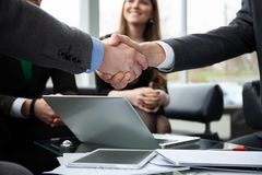Ludzie biznesu trząść ręki, wykończeniowy up spotkanie handshake pojęcia prowadzenia domu posiadanie klucza złoty sięgający niebo obraz royalty free