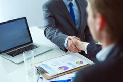 Ludzie biznesu trząść ręki, wykończeniowy up spotkanie interesy ilustracyjni ludzie jpg położenie Obrazy Stock