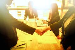 Ludzie biznesu trząść ręki z each inny Pomyślny busine Zdjęcie Royalty Free