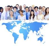 Ludzie Biznesu Trzyma Deskowymi z Światową mapą Obrazy Royalty Free