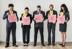 Ludzie biznesu trzyma piggybank ikonę Zdjęcia Stock