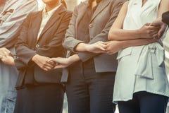 Ludzie biznesu trzyma ręki pokazuje pracę zespołową Zdjęcia Royalty Free