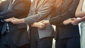 Ludzie biznesu trzyma ręki pokazuje pracę zespołową Zdjęcie Royalty Free
