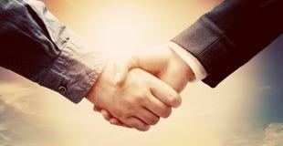 Ludzie biznesu uścisk dłoni Pogodny rocznika niebo Obrazy Stock