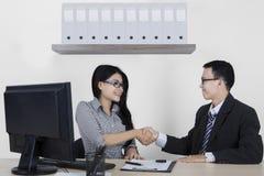 Ludzie biznesu uścisku dłoni nad transakcją w biurze Zdjęcia Stock