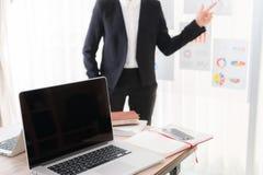 Ludzie biznesu używa laptop i Pieniężne mapy Zdjęcie Stock