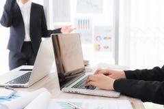 Ludzie biznesu używa laptop i Pieniężne mapy przy spotkaniem Zdjęcia Stock